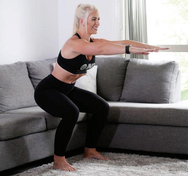Da lista de recomendações, o agachamento pode ser considerado o exercício que mais recruta músculos, mas também é o que necessita de maior atenção durante a execução. Para tirar proveito dele não precisa agachar até o chão, como muitos acreditam. A ideia é que ele reproduza o simples e diário movimento do sentar-se. Portanto utilize o assento do sofá como medida máxima de agachamento. Inclusive, faça seu treino na frente dele, agache até quase tocar as nádegas no sofá e, então, volte à posição em pé. Para os mais condicionados, recomendo fazer o agachamento com os braços elevados, isso irá dificultar um pouco, mas trará resultados diferentes quanto ao equilíbrio, pois exige não apenas das pernas.