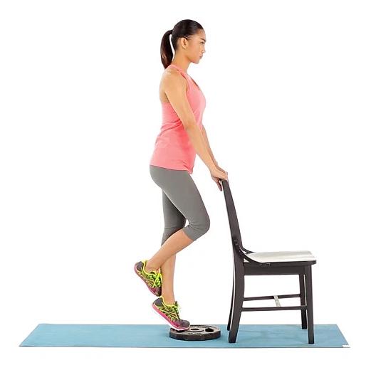 Exercitar as pernas é tão importante quanto exercitar coxas e quadril. Esse exercício, que consiste no movimento de flexionar e estender, verticalmente, as pernas, usando o peso do próprio corpo, pode ser executada sobre o apoio das duas pernas ou somente uma, o que dobra a carga do exercício. O uso do apoio, mais uma vez, é recomendado para manter o equilíbrio. Os músculos das pernas são muito resistentes e estão acostumados a um elevado nível de esforço, por isso, deve-se realizar um número grande de repetições e diminuir o tempo de descanso entre as séries. Do contrário, o músculo não será estimulado e terá perdido tempo.