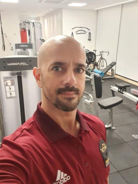 O educador físico Patrique de Sá dá dicas e explica como realizar alguns exercícios em casa, melhorando a saúde do joelho neste período de pouca atividade.