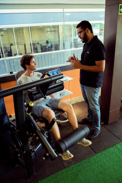 """O fisioterapeuta Vinícius Bispo, que cuidou de Fabiano, além do fortalecimento, realizou os testes e verificou que a função do joelho do paciente estava preservada, não havia instabilidade, embora a perna lesionada apresentasse 40% menos força que a outra. """"O trabalho que fizemos corrigiu a diferença de força entre as pernas, que caiu para um percentual aceitável, de 4%, o que o habilitou a retornar à prática de esportes"""", diz Bispo."""