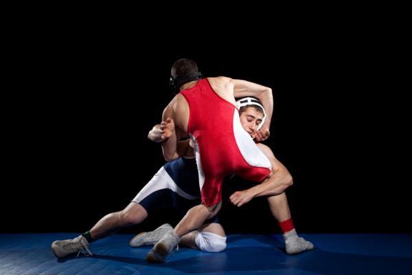 Na luta greco-romana, o ataque às pernas também é frequente e as chances de lesão do joelho dos lutadores aumentam.