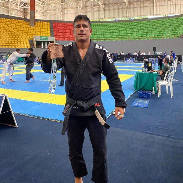 Andrétt Costa com o bronze conquistado na competição em que se lesionou.